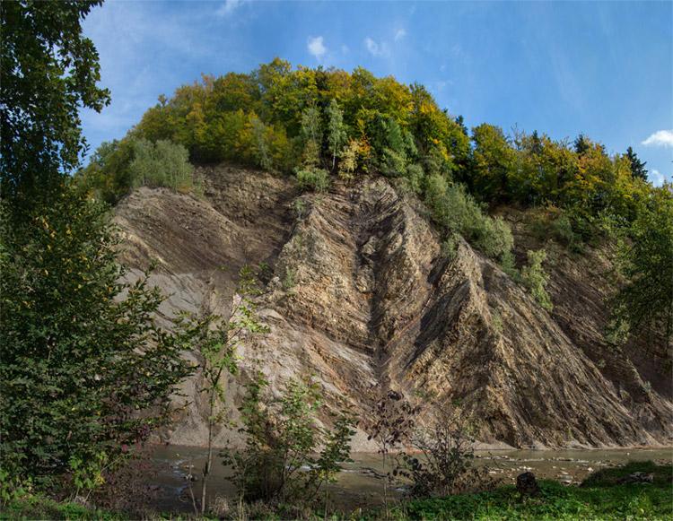 Стіна Ользи це найбільший в польських Карпатах кар'єр менілітових сланців
