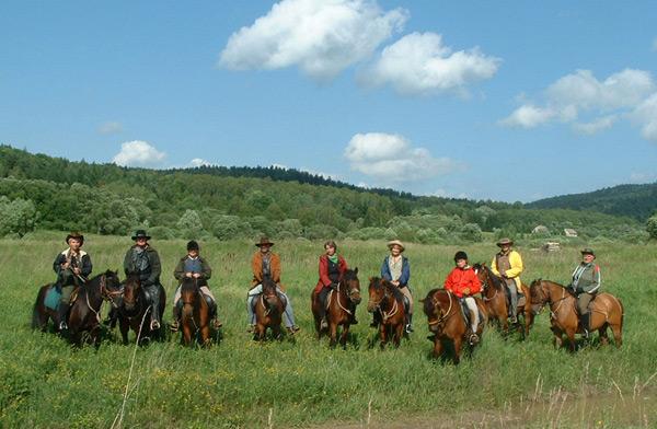 У організованих Закладом кінних заїздах коні з Оджехової проходять сотні кілометрів живописними територіями Низького Бескиду.